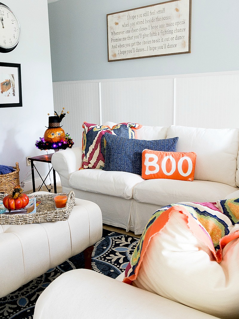 Create this easy Halloween Pillow using wood letters and spray paint